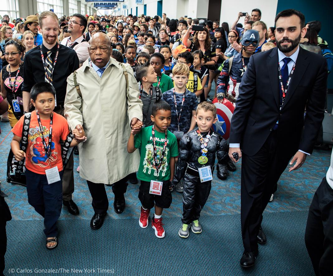 John Lewis marchant en tête d'une foule de personnes, main dans la main avec des enfants (© Carlos Gonzalez/The New York Times)