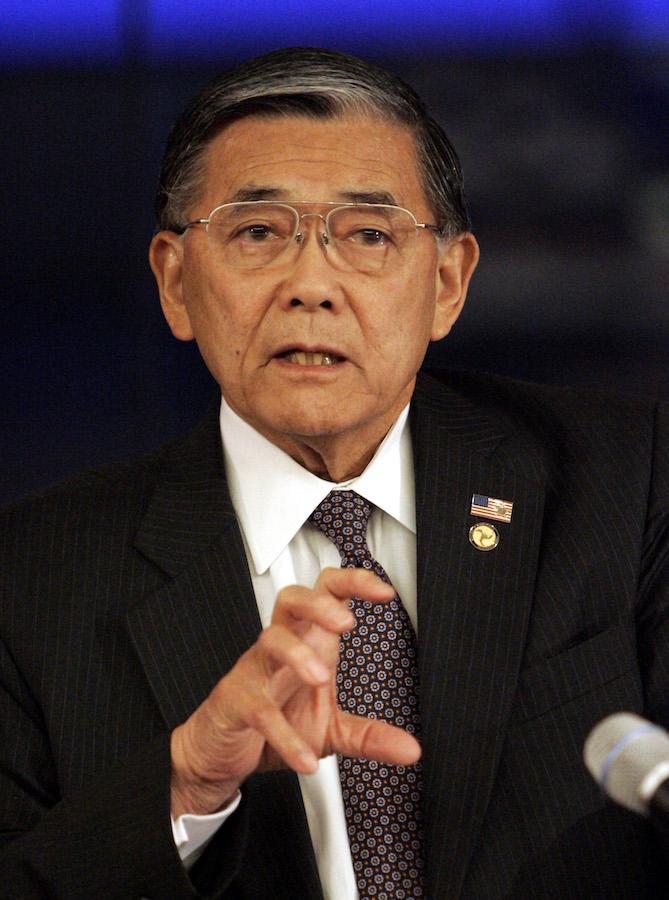 2006年峰田担任运输部长时对媒体发表讲话(照片:美联社)