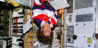 ایک عورت خلائی شٹل میں الٹی معلق ہے (NASA)