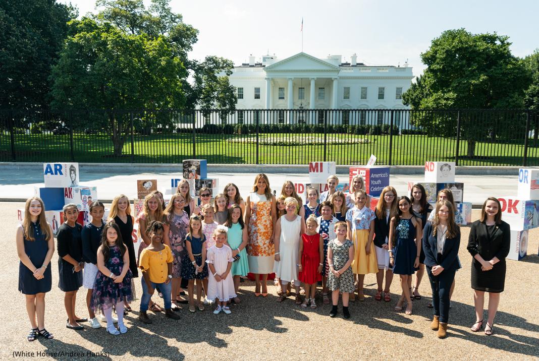 Melania Trump devant la Maison Blanche avec un groupe d'enfants (Maison Blanche/Andrea Hanks)