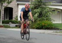 Pria mengendarai sepeda (© Ted S. Warren/AP Images)