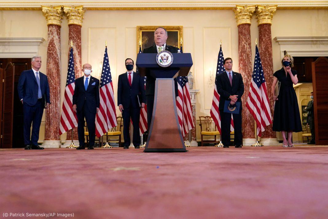 Secretário Pompeo discursa no púlpito. Atrás dele, há outras pessoas em pé (© Patrick Semansky/AP Images)