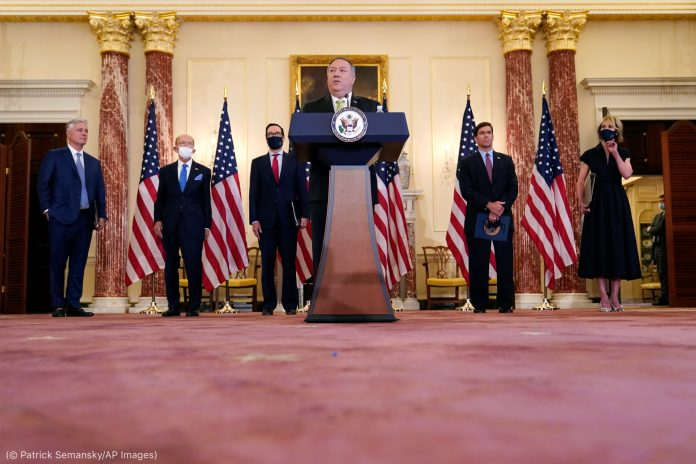 Secretary Pompeo speaking, other U.S. government officials standing behind him (© Patrick Semansky/AP Images)