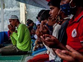 Hombres rohinyá rezando (© Oviyandi Emnur/Barcroft Media/Getty Images)