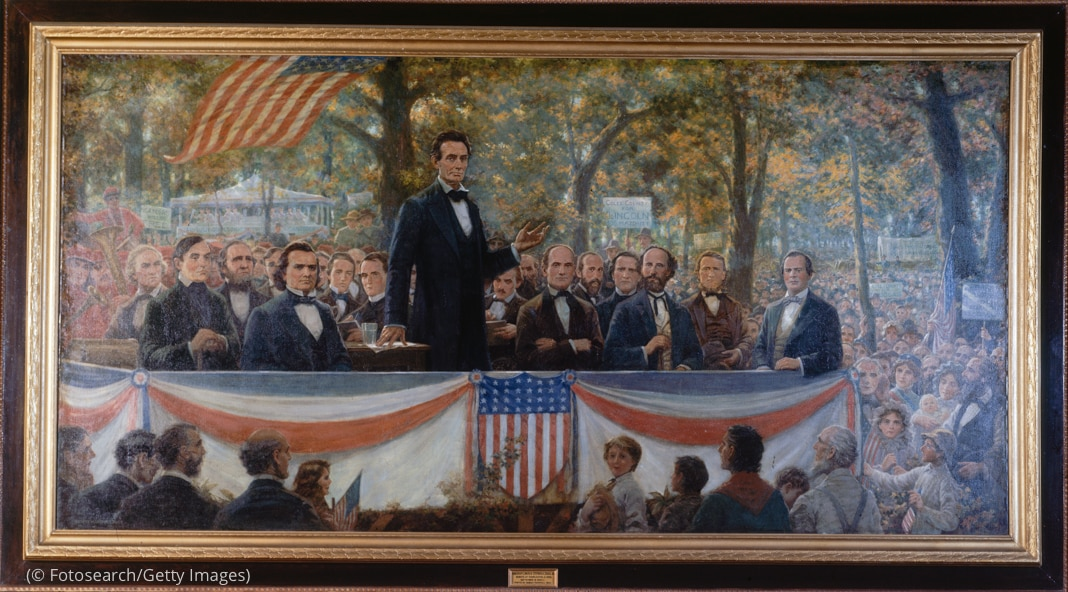 Pintura de Abraham Lincoln y otros de pie en el escenario ante la multitud (© Fotosearch/Getty Images)