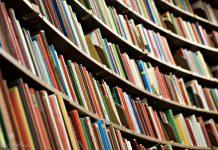 Deretan buku di rak (© Shutterstock)