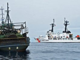 سمندر میں موجود دو جہاز (USCG/Petty Officer Jonathan R. Cilley)
