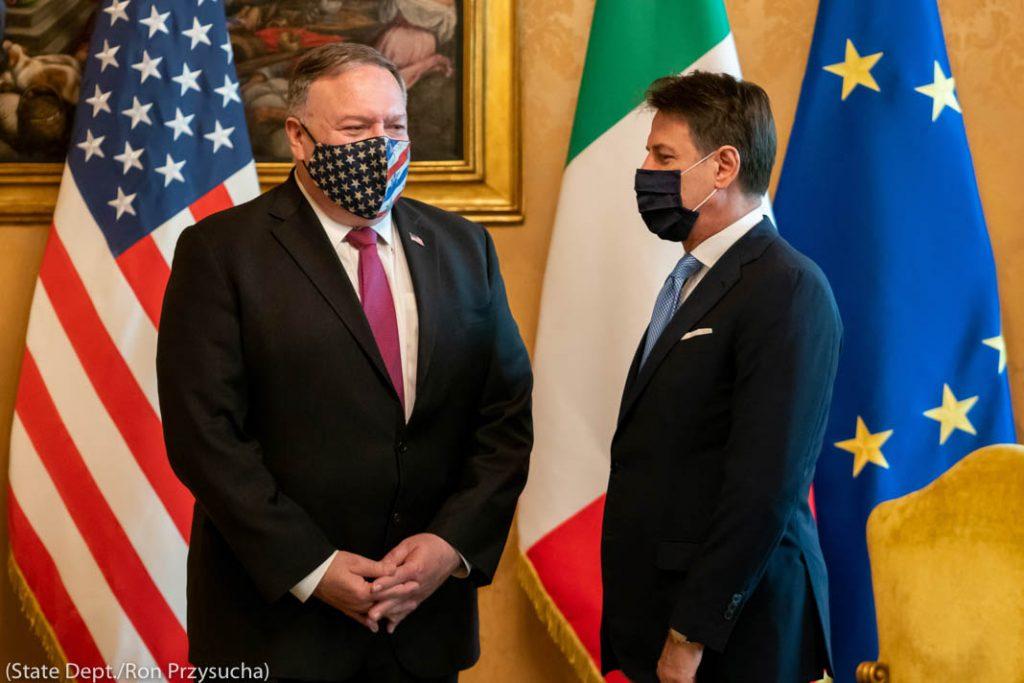 Reunião de Michael Pompeo e Giuseppe Conte usando máscaras em frente a bandeiras (Depto. de Estado/Ron Przysucha)