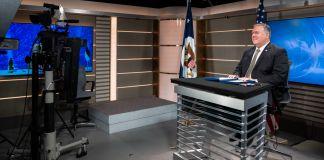 مائیکل آر پومپیو میز کے پیچھے کرسی پر بیٹھے سٹوڈیو میں کیمرے کے سامنے تقریر کر رہے ہیں (State Dept./Ron Przysucha)