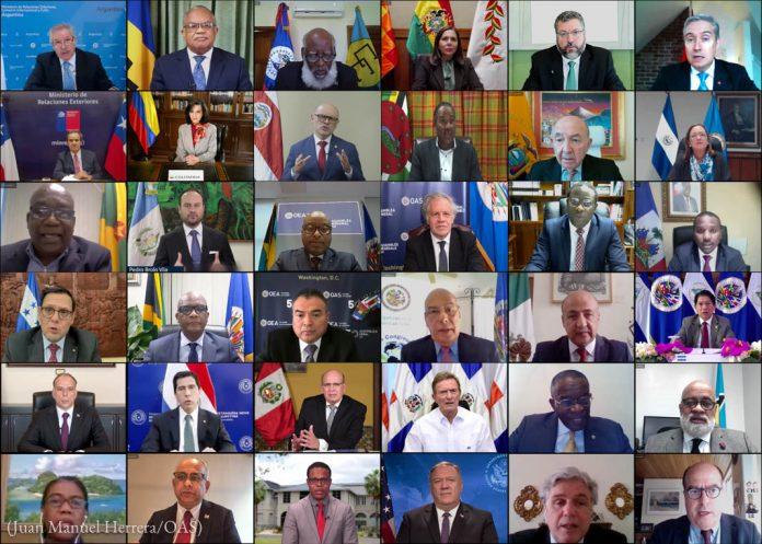 ایک آن لائن اجلاس میں شرکت کرنے والے 36 افراد کمپیوٹروں کی چھوٹی سکرینوں پر دکھائی دے رہے ہیں (Juan Manuel Herrera/OAS)