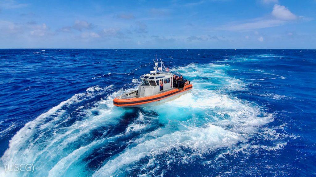 Une Vedette au milieu de l'océan (USCG)