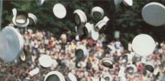 এক নারী ক্যাডেট আরও অনেকের সঙ্গে ক্যাপ ছুড়ে দিচ্ছেন আকাশে। (স্যু ফুলটনের সৌজন্যে)