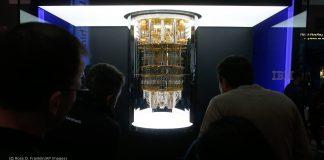 Pessoas olham para computador quântico (© Ross D. Franklin/AP Images)