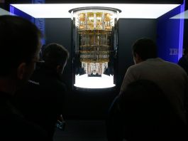 People looking at a quantum computer at a tech show (© Ross D. Franklin/AP Images)