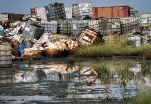 水边堆积的危险化学品集装箱(© Sam Mednick/AP Images)
