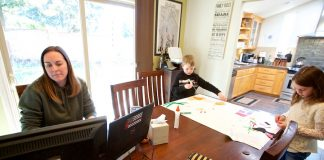 位于俄勒冈的哥伦比亚运动服公司雇员金·波顿在家工作时的情景(照片:美联社)