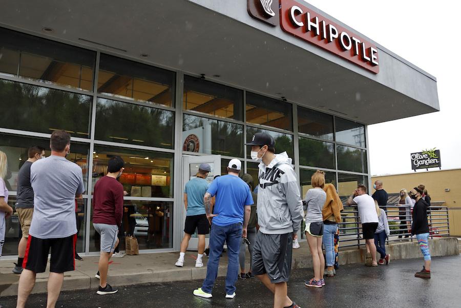 这是2020年5月宾州的一家奇波雷门店,人们在等着开门。(美联社图片)