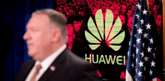 Pompeo in front of image with Huawei's logo superimposed (© Andrew Harnik/AP Images)