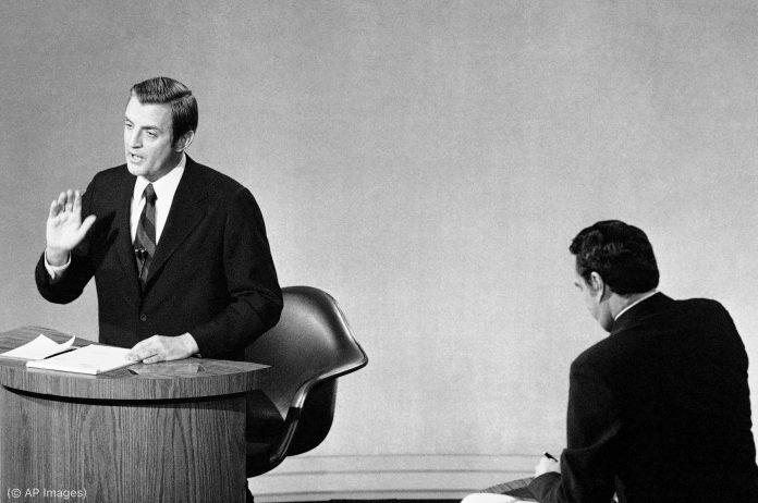 Кандидаты на пост вице-президента Уолтер Мондейл и Роберт Доул на сцене во время дебатов (© AP Images)