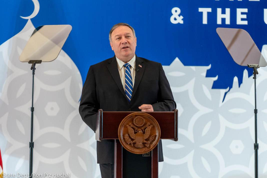 Secretário Pompeo discursando em um púlpito (Depto. de Estado/Ron Przysucha)