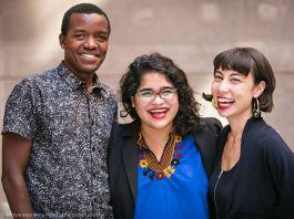 ثلاثة أشخاص يبتسمون (© Kyle Klein Perler/Arts Connect International)