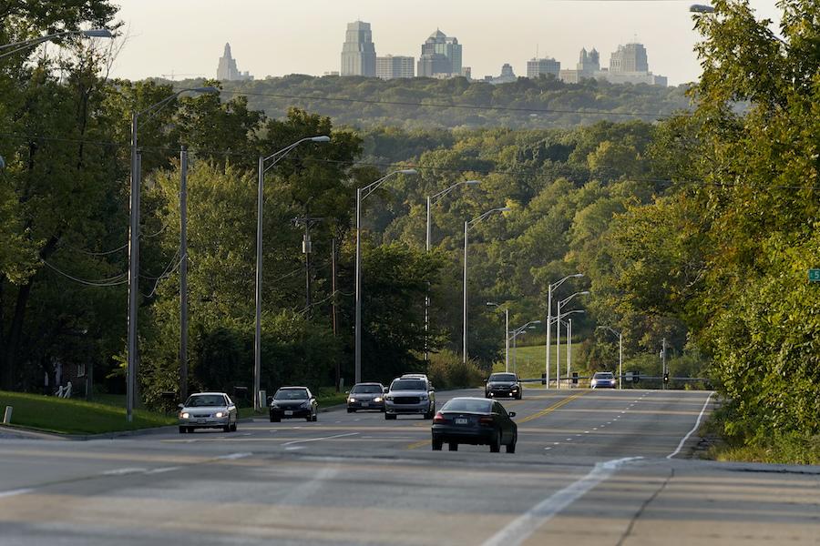 密苏里州公路上来往行驶的汽车(照片:美联社)
