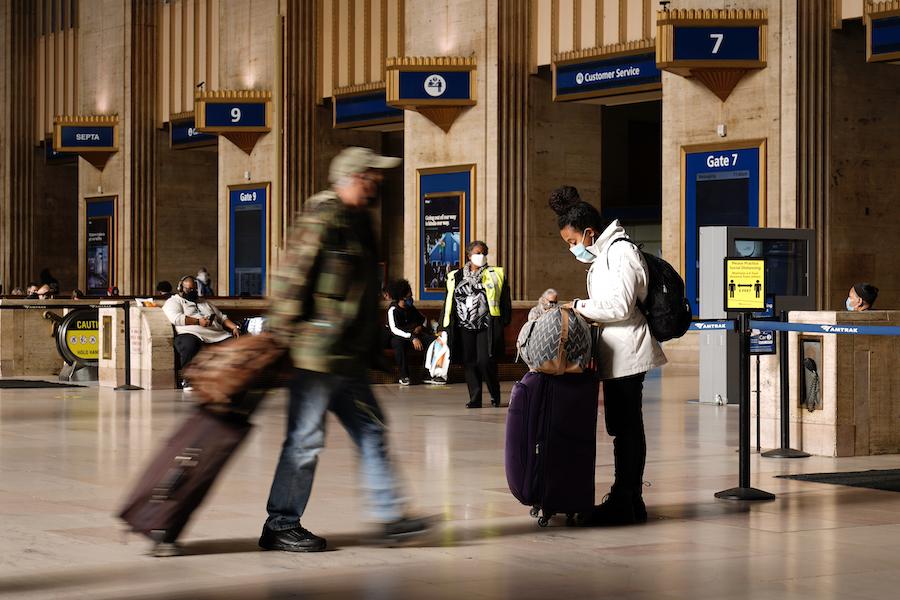 费城30号大街车站内的旅客(照片:美联社)