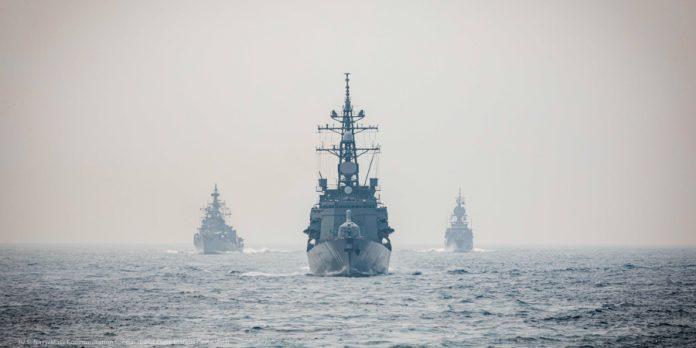 بحری افواج کے تین جہاز کھلے پانیوں میں (U.S. Navy/Mass Communication Specialist 2nd Class/Markus Castaneda)