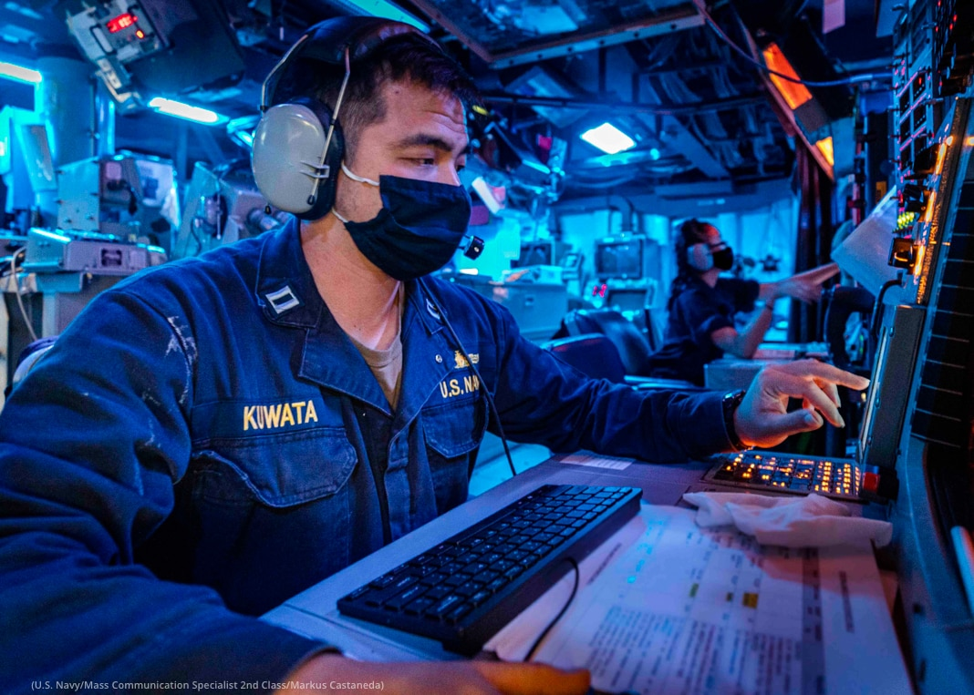 Du personnel de marine nationale travaillant face à des ordinateurs (U.S. Navy/Mass Communication Specialist 2nd Class/Markus Castaneda)