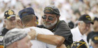 越战老兵迈克·德罗斯与战友拥抱(照片:美联社)