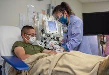 Wanita mengambil darah dari pria di fasilitas kesehatan (U.S. Navy/Mass Communication Specialist 2nd Class Erwin Jacob V. Miciano)