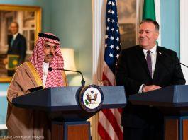فیصل بن فرحان السعود اور مائیکل آر پومپیو سٹیج پر کھڑے ہیں (© Manuel Balce Ceneta/AP Images)