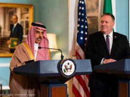 Faisal bin Farhan Al Saud e Michael R. Pompeo em púlpitos (© Manuel Balce Ceneta/AP Images)