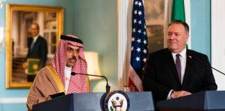 Faisal bin Farhan Al Saoud et le secrétaire d'État Michael Pompeo à des pupitres (© Manuel Balce Ceneta/AP Images)