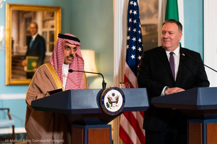 Faisal bin Farhan Al Saud and Michael R. Pompeo at lecterns (© Manuel Balce Ceneta/AP Images)