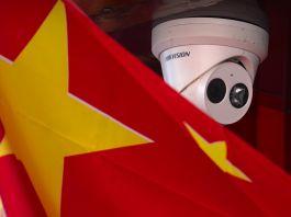 چھت پر لگے سکیورٹی کیمرے کے نزدیک لگا چینی جھنڈا (© Mark Schiefelbein/AP Images)