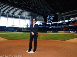 Женщина на бейсбольном поле, расположенном на стадионе (© Joseph Guzy/Miami Marlins)