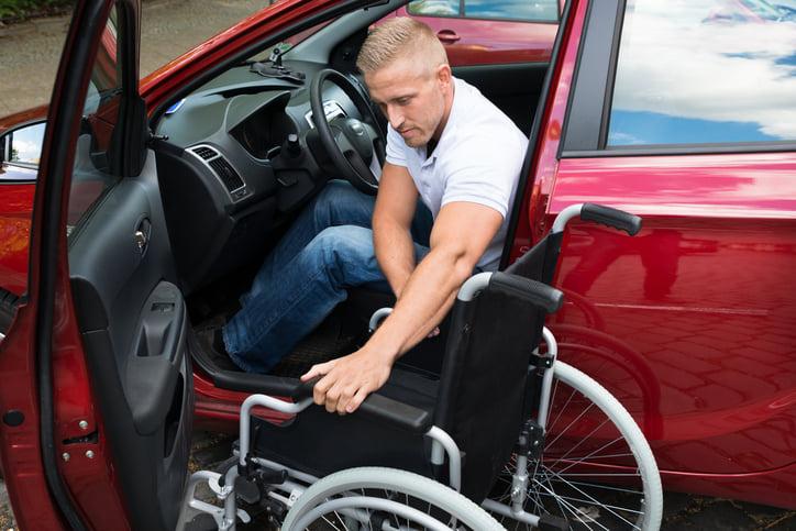 这是美国退伍军人部网站关于安全问题的网页,转至美国高速公路管理局脸书上关于行车安全的一张图片,显示乘坐轮椅的残障人士自行驾车出行的情景。(退伍军人部、高速公路管理局)