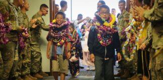 2018年第27步兵团军人在夏威夷国际机场欢迎来访的圣洁之家孤儿院的四名孤儿(照片:美国陆军)