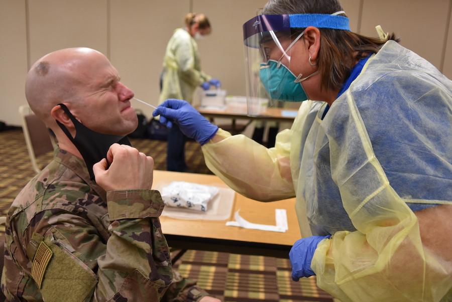 空军上尉安德鲁·丹尼斯(Andrew Dennis)是总部位于佛罗里达州埃格林空军基地的第96医疗队成员。2020年11月22日,他在北达科他州卫生部的培训期间接受了COVID-19的测试。该项培训是国防部军民共同应对新冠疫情任务的一部分,该医疗队将部署到北达科他州的多家医院,与地方上的医护人员一起医治新冠感染患者。(国防部网站/摄影:陆军中士海伦·米勒)