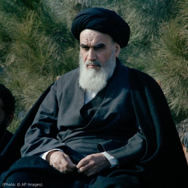 Ruhollah Khomeini sentado (© AP Images)