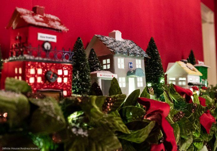 Moldura de lareira decorada com pequenas réplicas de edifícios (Casa Branca/Andrea Hanks)