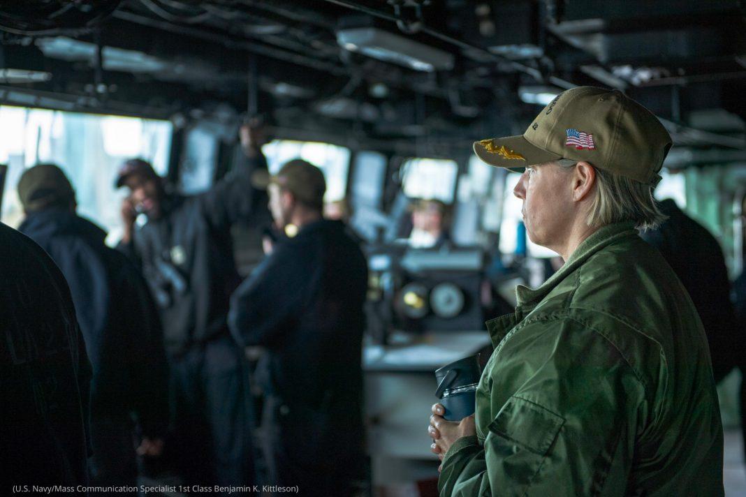 Amy Bauernschmidt en uniforme, sur le pont d'un navire de guerre (U.S. Navy/Mass Communication Specialist 1st Class Benjamin K. Kittleson)