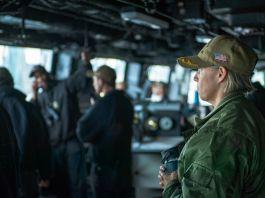 وردی میں ملبوس کیپٹن ایمی باؤرنشمٹ بحری جہاز کے عرشے پر (U.S. Navy/Mass Communication Specialist 1st Class Benjamin K. Kittleson)