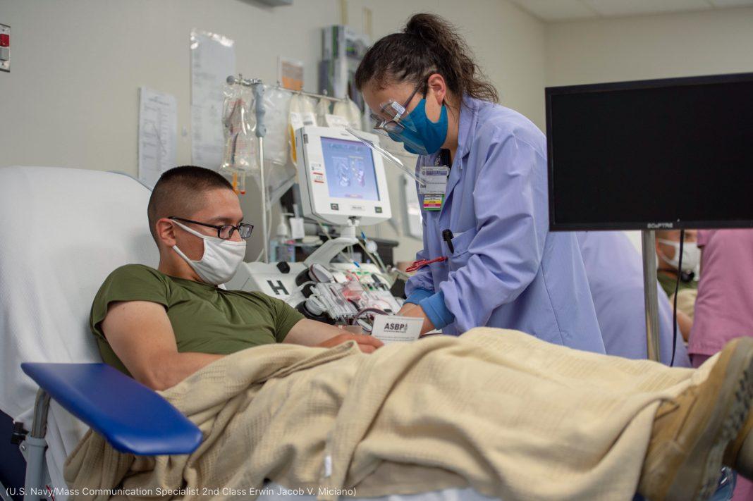 ہسپتال میں ایک عورت ایک آدمی کا خون نکال رہی ہے (U.S. Navy/Mass Communication Specialist 2nd Class Erwin Jacob V. Miciano)