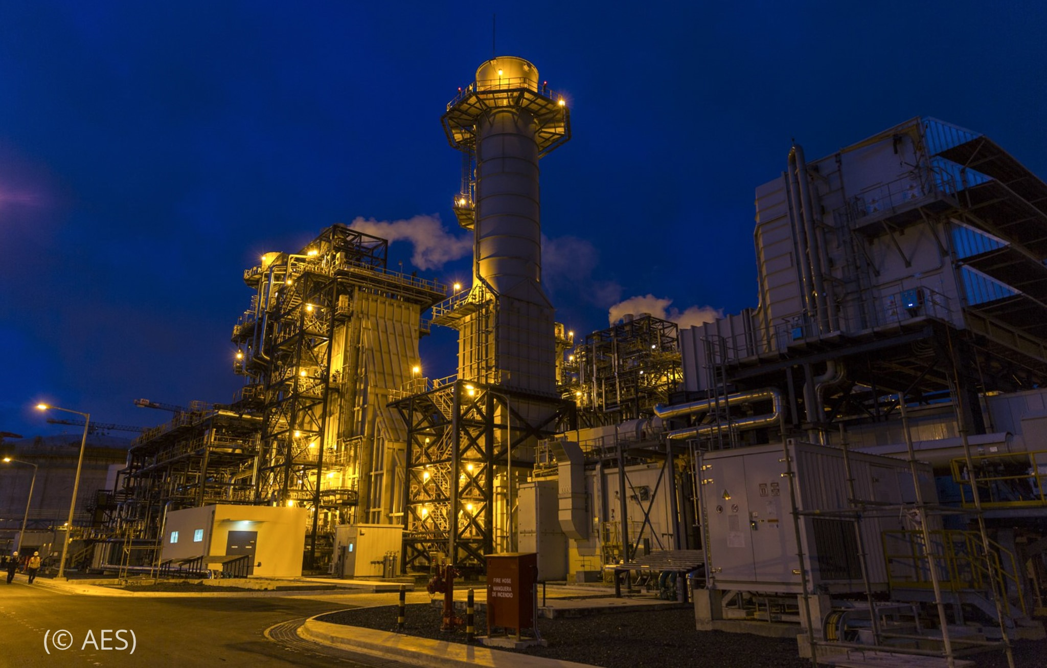 Night view of power plant (© AES)