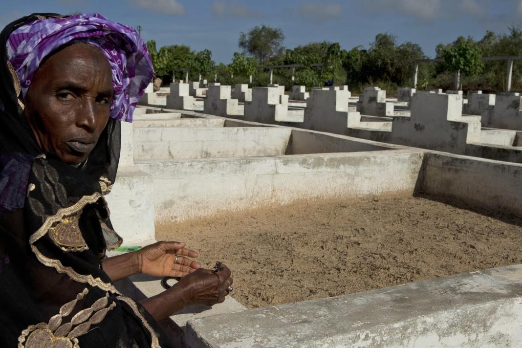 কবরস্থানে এক নারী (© এপি ইমেজেস)