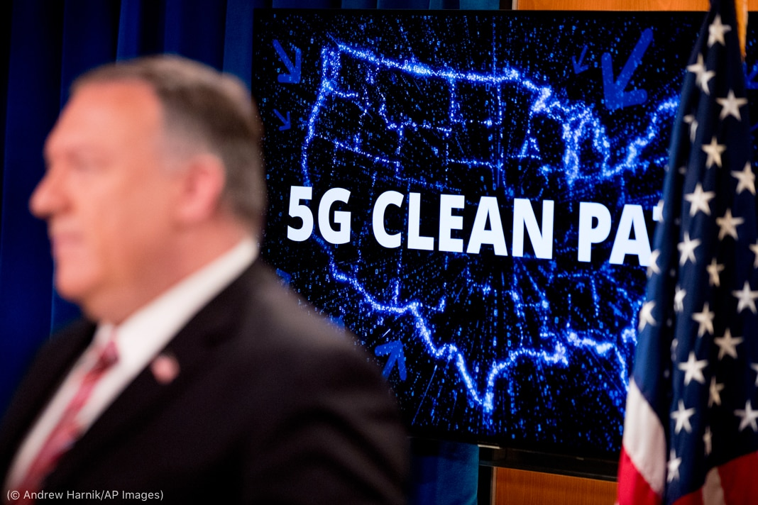Mike Pompeo standing in front of illuminated map of United States with words '5G Clean Path' on it (© Andrew Harnik/AP Images)