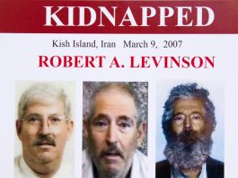 Cartaz com três fotos de Robert Levinson (© Manuel Balce Ceneta/AP Images)