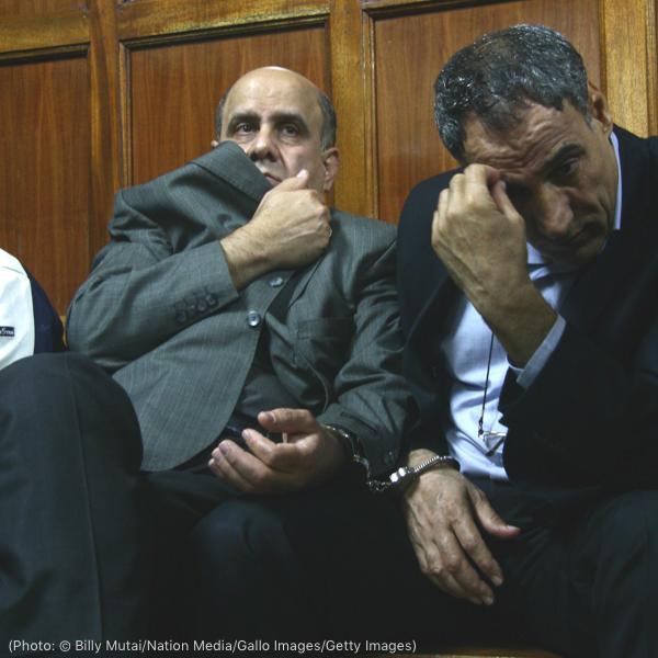 两名男子试图遮住自己的脸(© Billy Mutai/Nation Media/Gallo Images/Getty Images)